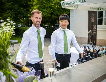Barkeeper und professionelles Servicepersonal